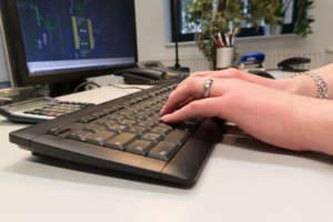 Hände Eingabe auf Computer- Tastatur
